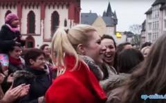 Frauen tanzen auf dem Römerberg gegen Gewalt beim OneBillionRising, ein Dreh von InZwischenZeit:Filme