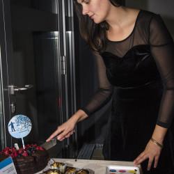 Filmproduzentin Alicia-Eva Rost schneidet eine Torte an