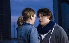 Ein Paar auf einem Dach, Still aus dem Film Uranophobie