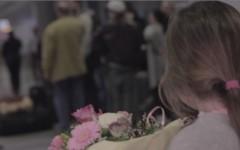 Ein Mädchen mit einem Blumenstrauß; Bild zur Werbekampagne #FRAmoments