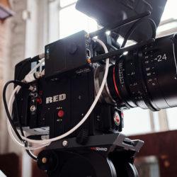 Eine Filmkamera, eine RED auf einem Stativ (InZwischenZeit:Filme aus Frankfurt am Main macht Erklärfilme und Imagefilme)