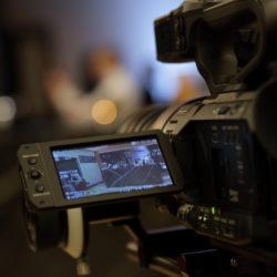 Eine Kamera auf einem Dreh von InZwischenZeit:Filme Wir beraten Sie zu den Kostenfaktoren einer Filmproduktion