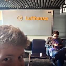 Das Filmteam von InZwischenZeit:Filme macht Pause während eines Drehs am Flughafen Frankfurt vor einem Lufthansa Schild