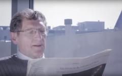 Ein Mann liest am Flughafen Frankfurt Zeitung, Still aus den #Framoments Filmen von InZwischenZeit:Filme