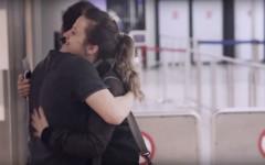 Ein Mädchen und ein Junge umarmen sich zum Abschied, Still aus einem Clips der #FRAmoments von InZwischenZeit:Filme