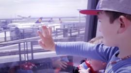 Ein kleiner Junge geniest die Aussicht auf ein Flugzeug. Teil der #framoments Serie