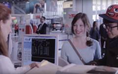 Ein junges Paar am Check-In, Still aus dem Clip #travel der FRAmoments Filme von InZwischenZeit:Filme