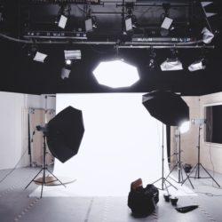 Ein Filmstudio mit verschiedenen Lampen. InZwischenZeit:Filme dreht Ihren Unternehmesfilm. Film in der Unternehmenskommunikation werden immer wichitger