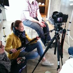 Ein EB-Team filmt mit einer DSLR Kamera ein Interview. InZwischenZeit:Filme ist eine Filmproduktion aus Frankfurt am Main