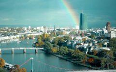 Eine Luftaufnahme der Frankfurter Innenstadt bei der ein Regenbogen am Himmel steht. Ein Dreh von InZwischenZeit:Filme