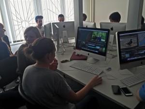 Eine Gruppe von Cuttern an Macs bearbeitet Filme. InZwischenZeit:Filme kümmert sich um Ihre Filmproduktion von der Planung über den Dreh bis zum Schnitt.