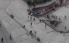 Blick auf die Frankfurter Einkaufsstraße Zeil, dort steht eine Frau in einem roten Kleid, InZwischenZeit:Film