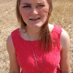 Still auf dem Film abschied von f Hannah Beckmann in einem roten Kleid auf einem Kornfeld