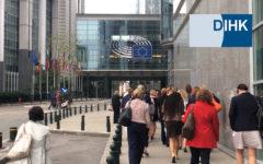 Eine Gruppe Menschen läuft in die Europäische Kommission, Eventfilm