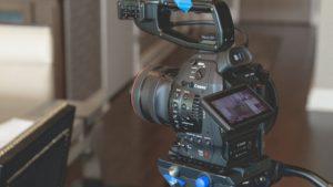 Eine Canon Kamera auf einem Stativ, InZwischenZeit:Filme
